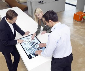 44ce52d899499e ITC  Interaktive Medieninstallation für Design Möbel Outlet by Architare